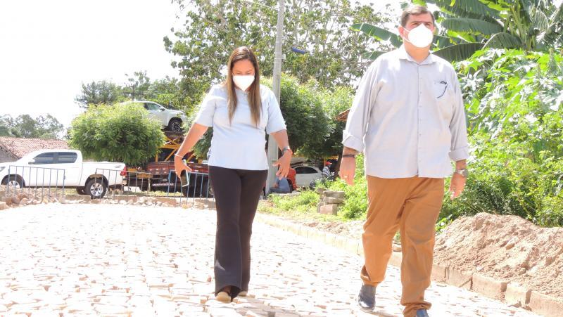 Prefeita Karyne do Rodrigão visita pavimentação de rua e anuncia mais obras