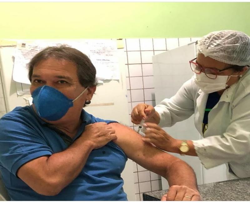 Prefeito de União Gustavo Medeiros recebe a 1°dose da vacina contra a covid 19