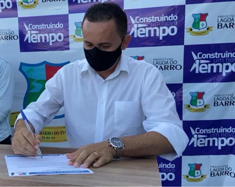 Prefeito entrega Motocicletas, a agente de Saúde(ACS) e Endemias(ACE) de Lagoa do barro no Piauí.