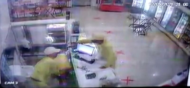 Assaltante atira em comparsa durante luta corporal com vítima em assalto a padaria em Teresina