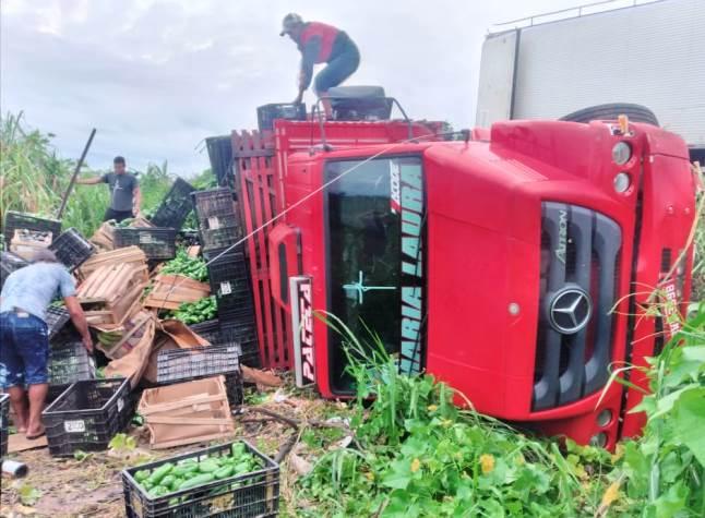 Campo-maiorense fica ferido após tombar caminhão no estado do Ceará