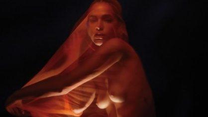 Bruna Marquezine deixa seios completamente à mostra em foto artística; Veja