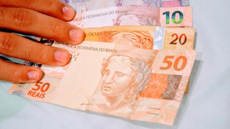 Projeto cria salário mínimo mensal de R$ 1.100 para todo brasileiro desempregado