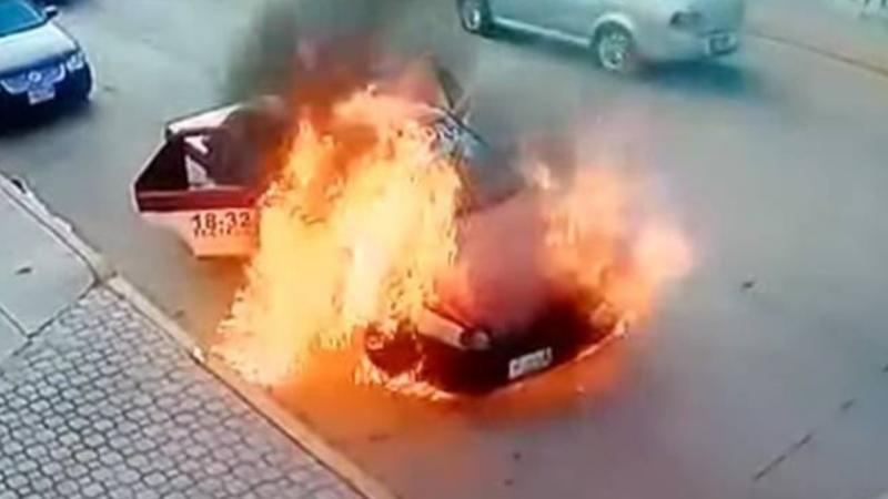 Vídeo: Táxi pega fogo com três mulheres dentro e motorista as abandona