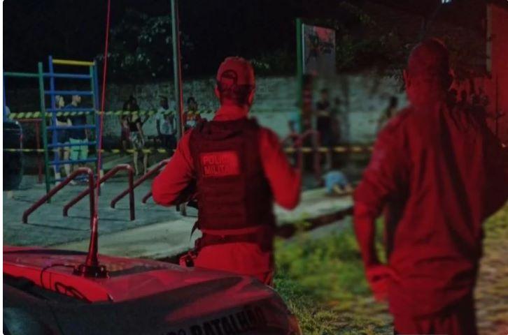 Dupla passa em praça atirando e mata homem que estava sentado no Piauí