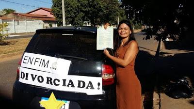 """Professora comemora divórcio com placa colada em carro: """"Me libertei"""""""