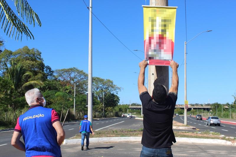 Fiscalização realiza remoção de publicidade irregular em postes de avenidas em Teresina