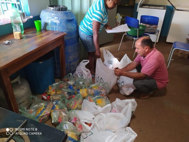 Familiares de alunos da rede municipal de Redenção do Gurguéia recebem kits alimenticios