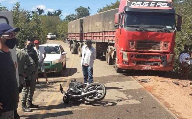 Casal morre após grave acidente entre moto e carreta na rodovia PI-415