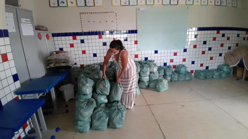 5 mil kits de alimentos são entregues nas escolas municipais