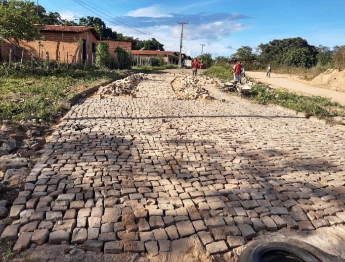 Prefeitura de Demerval Lobão faz manutenções e ampliações de calçamentos