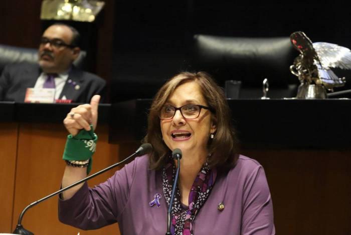 Senadora esquece câmera ligada e aparece nua em conferência de vídeo; Veja!