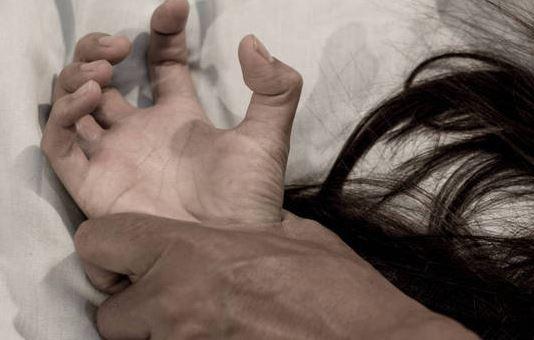 Homem estupra a ex-namorada e filma o crime para o atual da vítima assistir