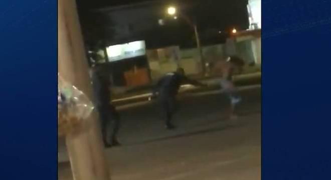 Vídeo mostra policiais militares agredindo morador de rua