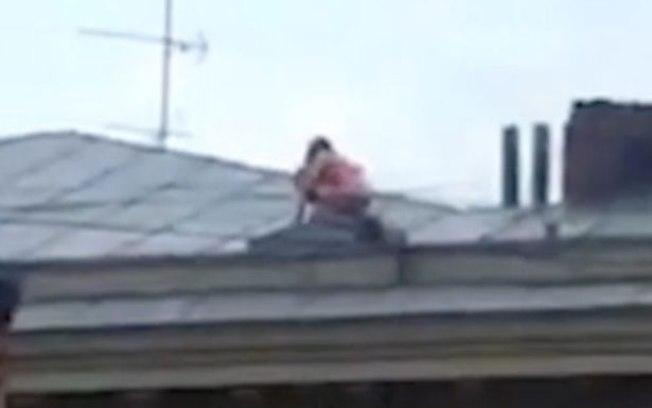 Casal é flagrado por vizinho fazendo sexo no telhado de prédio