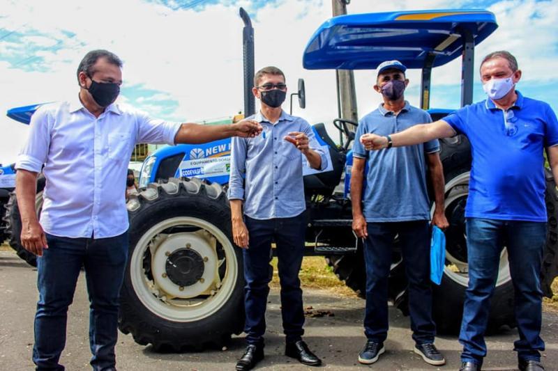 Sigefredo Pacheco: Vereador Douglas Pereira consegue trator Agrícola para Associação de Criadores