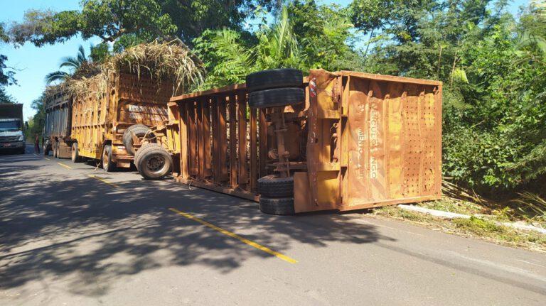 Caminhão de cana de açúcar tomba na 112 próximo ao Barracão