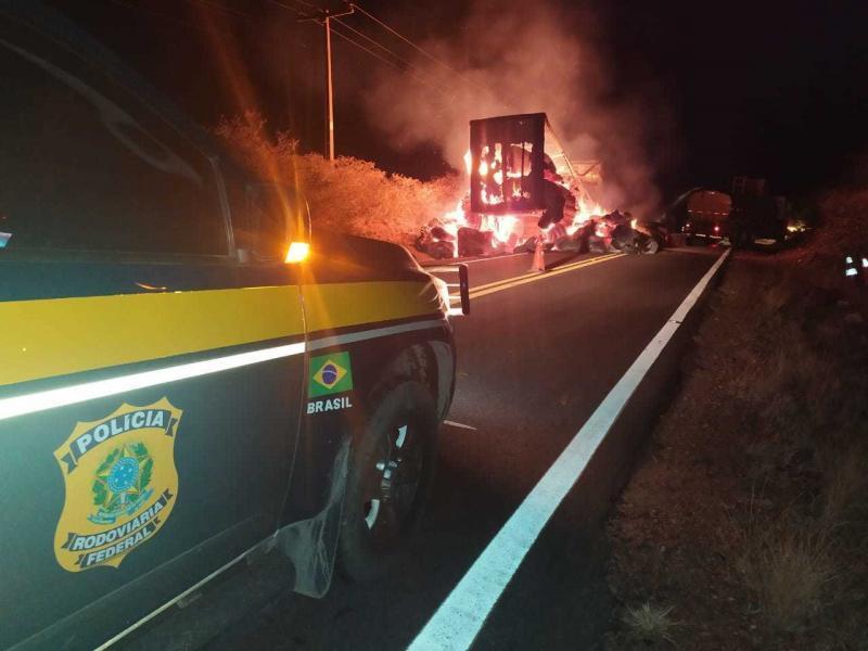 Semireboques pegam fogo na BR-135 em Redenção do Gurguéia