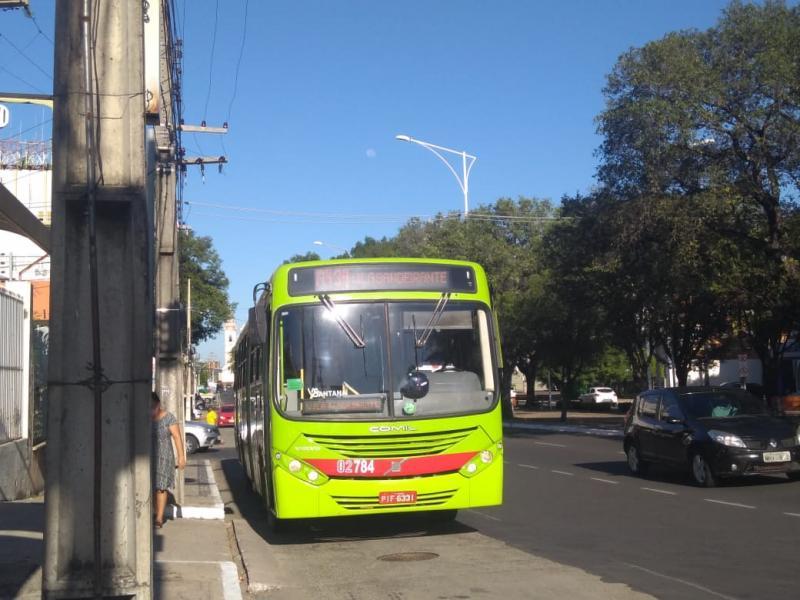 Ônibus voltam a circular nesta quarta-feira (08) com a frota reduzida