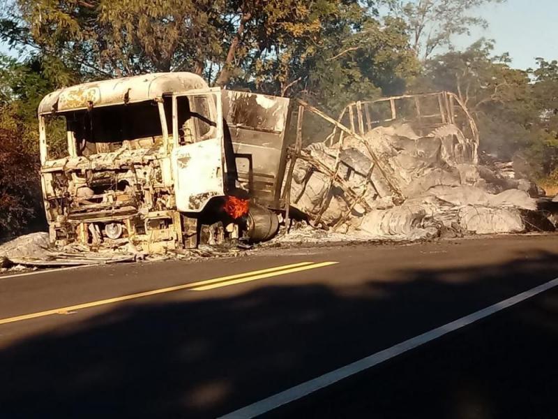 Carreta fica completamente destruída após pegar fogo entre Oeiras e Floriano