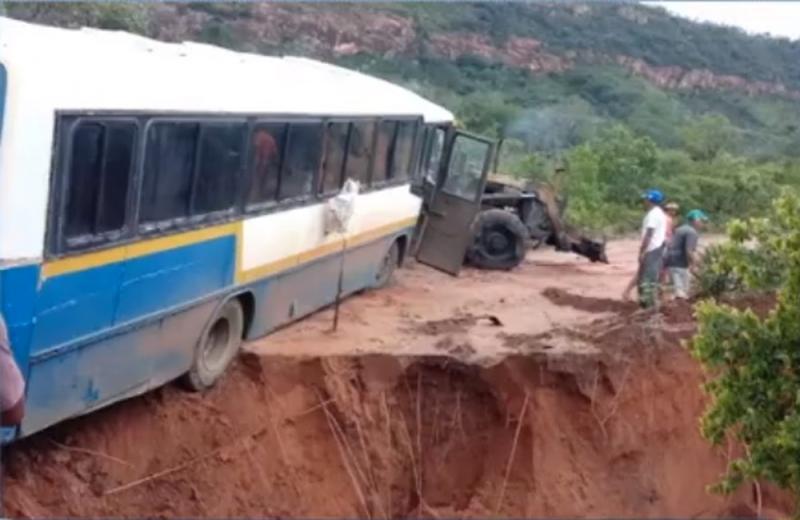 Cratera se abre e quase engole ônibus em cidade do Piauí