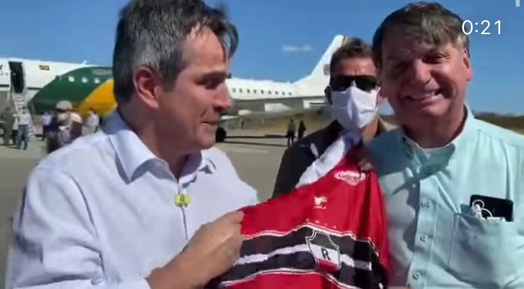 Senador Ciro Nogueira presenteia Jair Bolsonaro com camisa de time piauiense