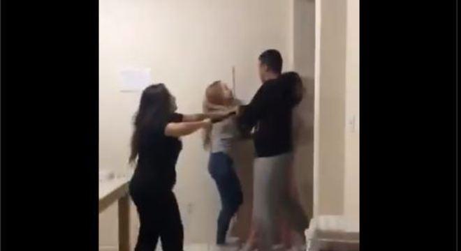Vídeo: PM invade apartamento e agride jovens com cacetete