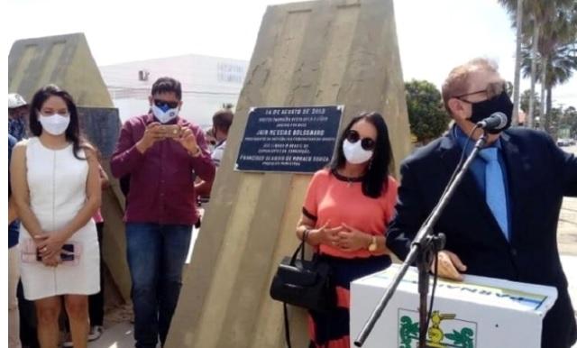Mão Santa faz homenagem à Bolsonaro com placa em Parnaíba