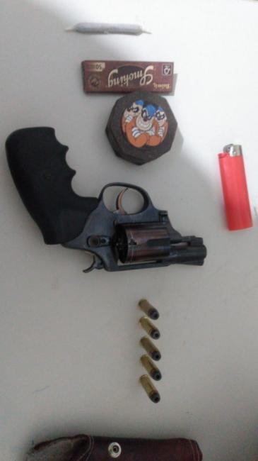 Polícia militar apreende arma de fogo, droga e menor de idade em Picos