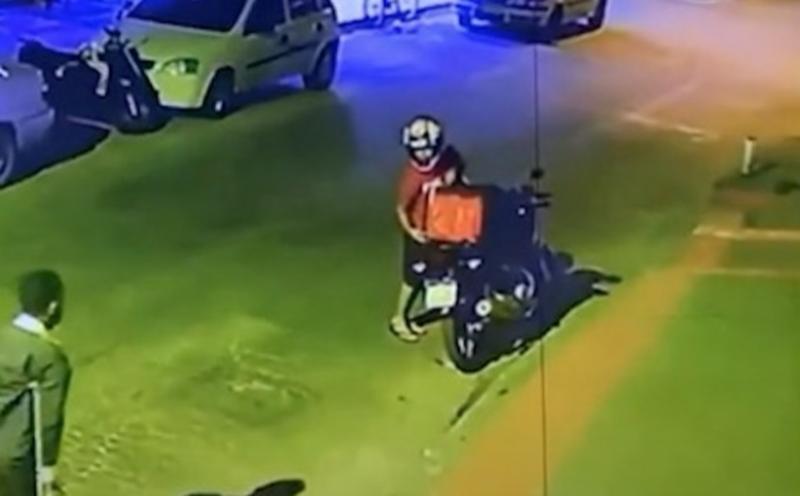 Vídeo flagra homem sem perna roubando moto de entregador