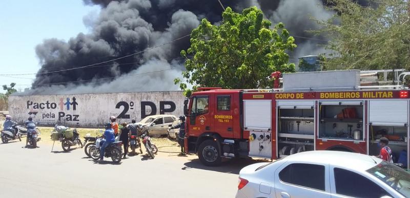 Incêndio destrói dezenas de veículos e viatura em Delegacia