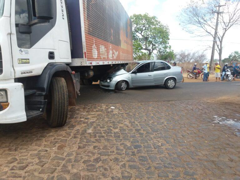 Colisão entre carro e caminhão deixa avenida interditada em Campo Maior