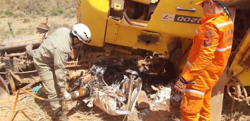 Caminhão sai de pista e condutor morre esmagado pela carga transportada na BR 222