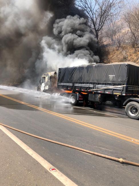 Bombeiros combatem incêndio em carreta após pegar fogo na BR 316 em Picos