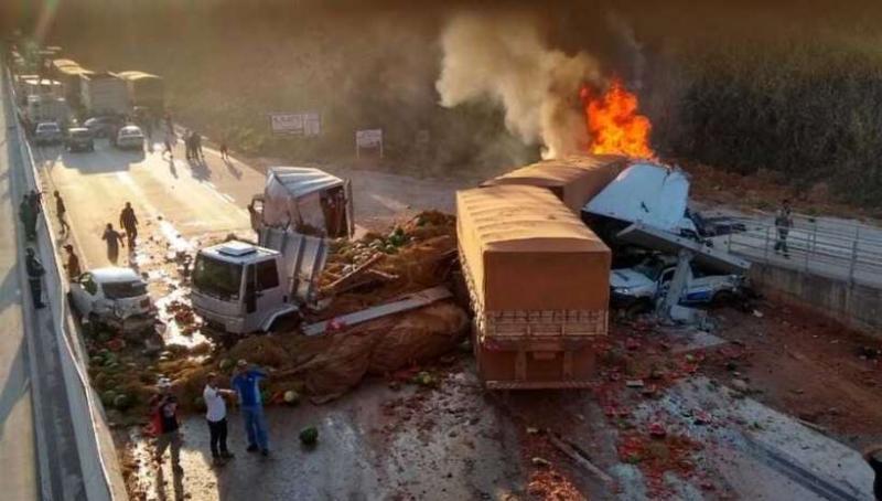 Acidente com 2 carretas e 5 carros deixa um morto e ao menos 9 feridos na BR-381