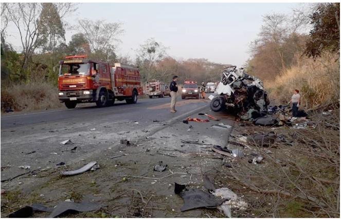Tragédia! Grave acidente entre van e caminhão deixa 12 mortos na BR-365