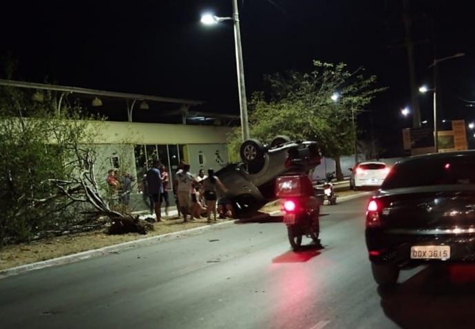 Motorista fica ferido após capotar caminhonete na zona Sul de Teresina