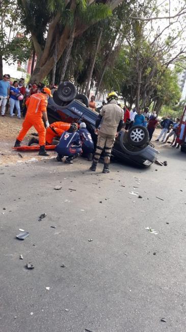Quatro pessoas ficam feridas após carro capotar na zona Leste