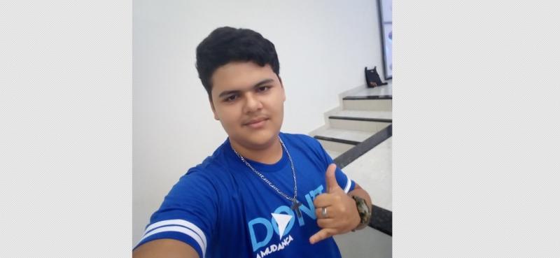 Menino de 16 anos morre enquanto usava celular ligado na tomada no Piauí