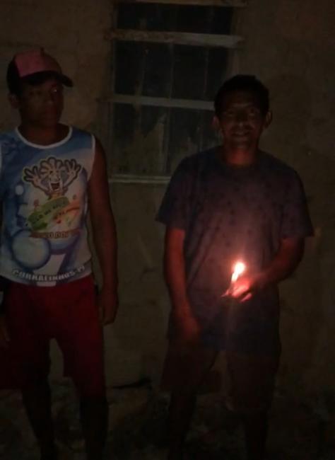 Sem energia: dezenas de famílias vivem sob a 'luz de velas' em Curralinhos