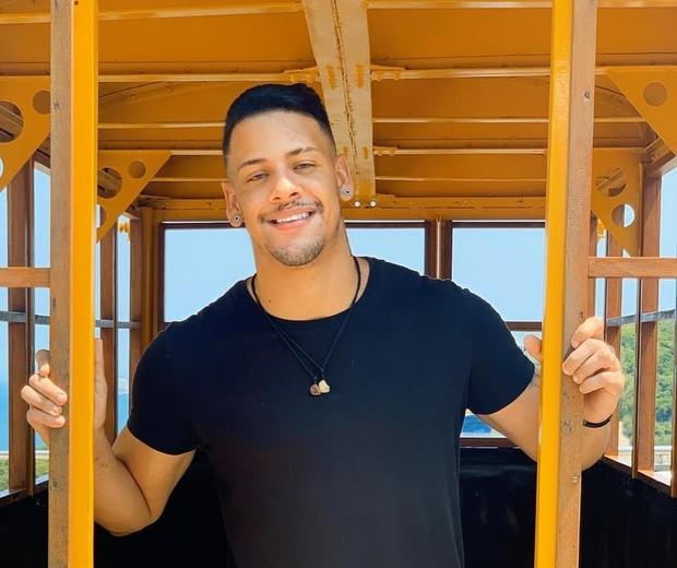 Ex-ator pornô brasileiro, Theo Barone morre aos 26 anos de câncer