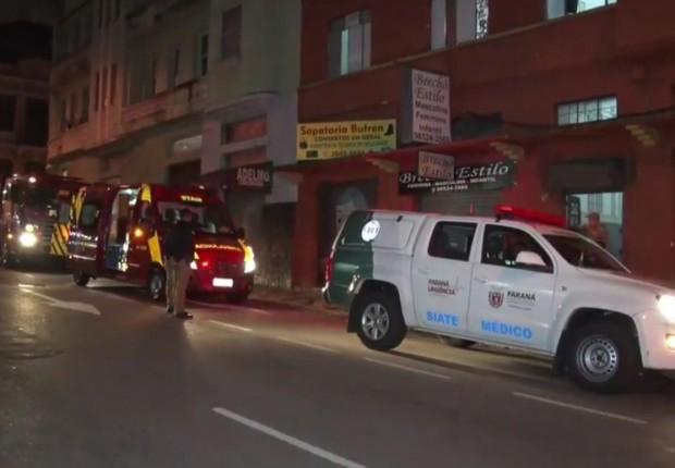 Homem cai do segundo andar, bombeiros são chamados e o encontram tomando Corote