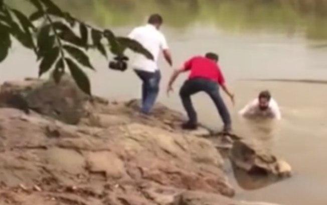 Candidato se desequilibra e cai em rio durante gravação de propaganda eleitoral