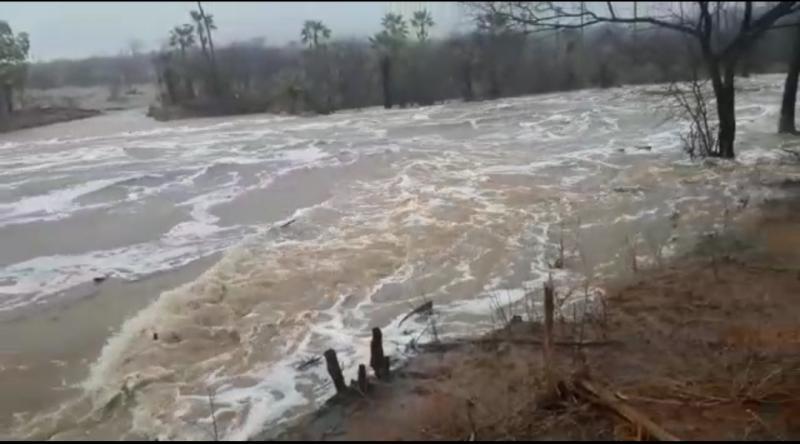 Fortes chuvas atingem todo Piauí e faz barranco cair sobre casas no Litoral