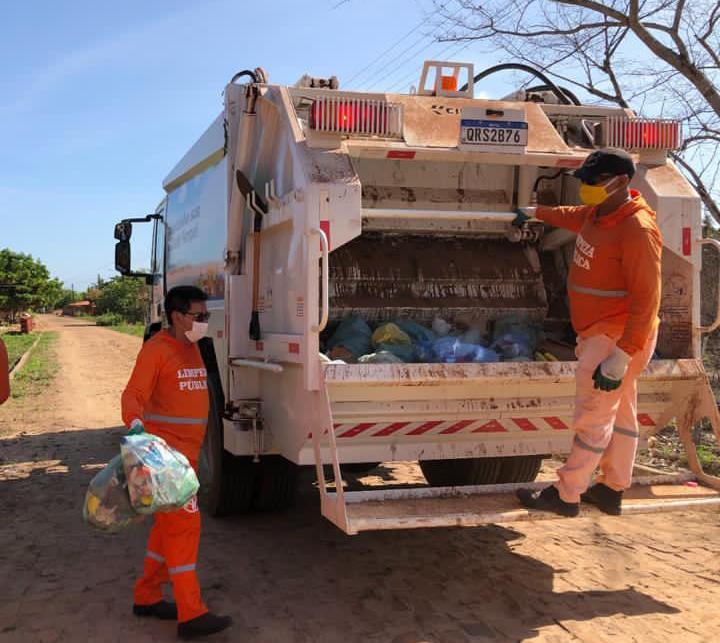 Prefeito vira gari por um dia após receber caminhão coletor de lixo no Piauí
