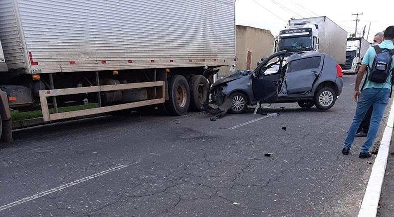 Motorista fica gravemente ferido após colidir na traseira de caminhão em Teresina