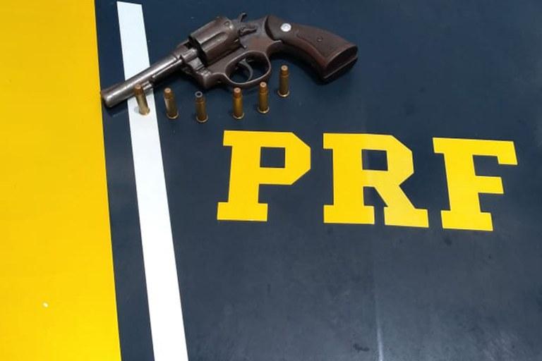 Empresária é presa pela PRF com arma dentro de bolsa na BR-343