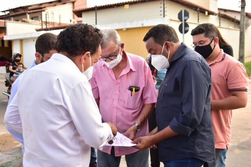 Prefeito Joel realiza vistoria em obras do esgotamento sanitário no bairro Sambaíba