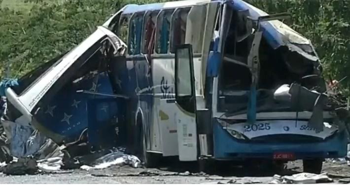 Tragédia! Grave acidente entre caminhão e ônibus deixa deixa 41 mortos