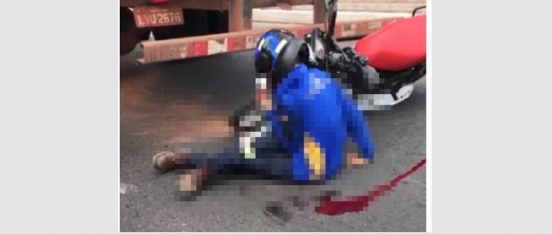 Jovem quebra as pernas após colidir em caminhão na Avenida Poti em Teresina